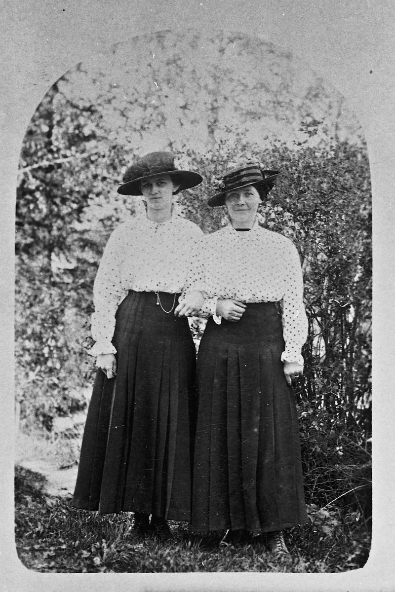 Portrett. 2 Kvinner. Petra Borgersen til venstre.