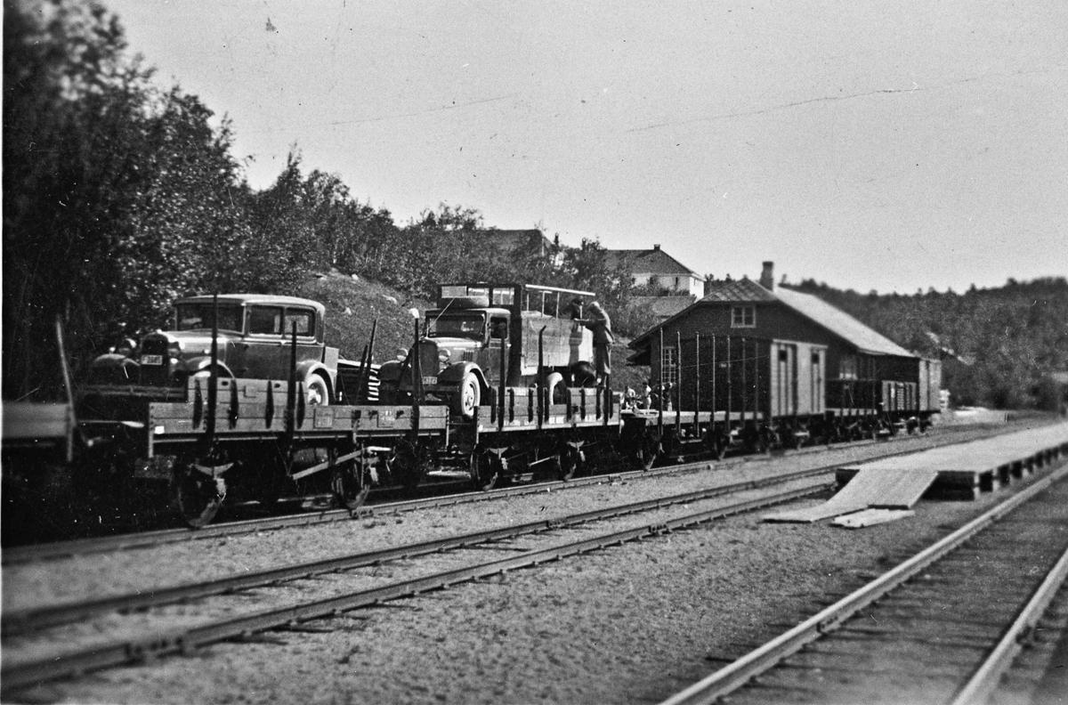 Biler fra 20-30 tallet på et godstog.