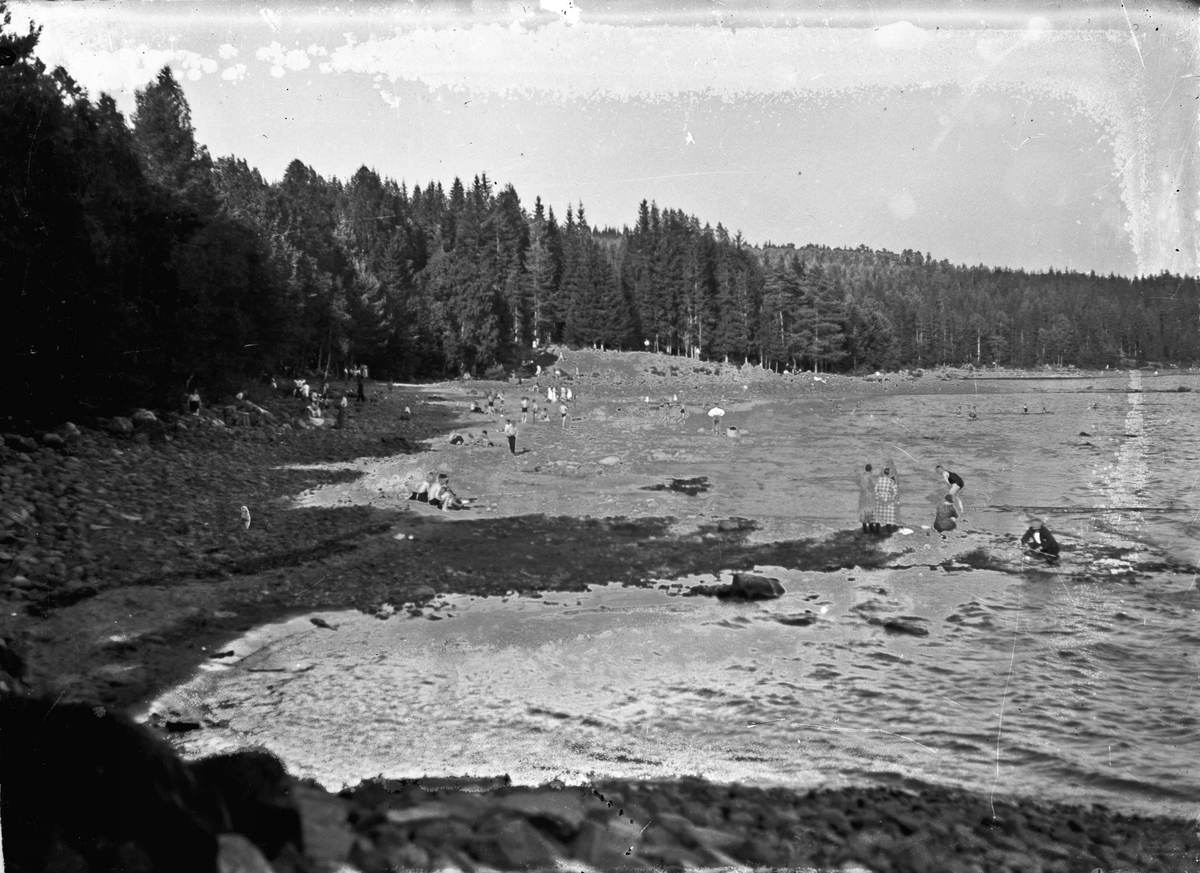 Mennesker som bader på strand