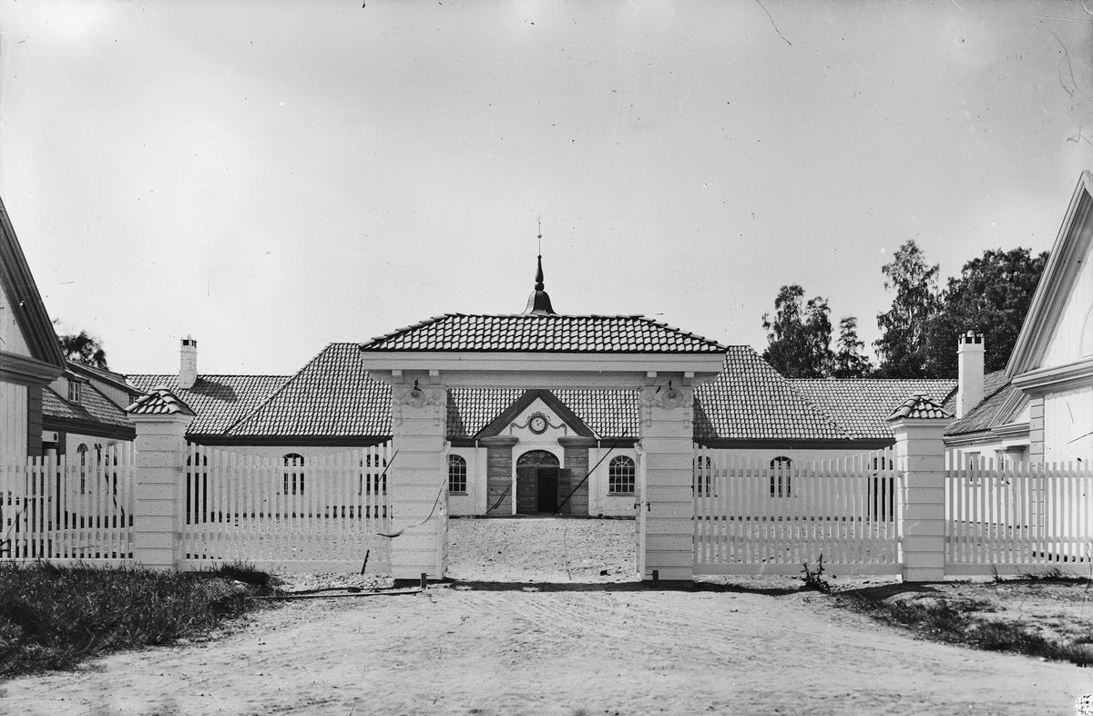 """Kammerherre Mathisen, Eidsvoll Verk. """"Kuskestallen"""". Ridehus med vogner. Kusk: Petrus Winge"""