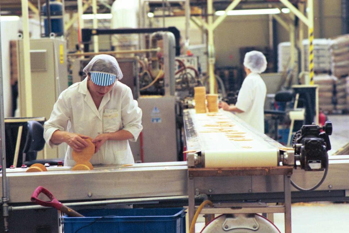 Startkjeks, maskiner, arbeidere, kvinner, arbeidstøy, arbeidsmiljø, fabrikkmiljø