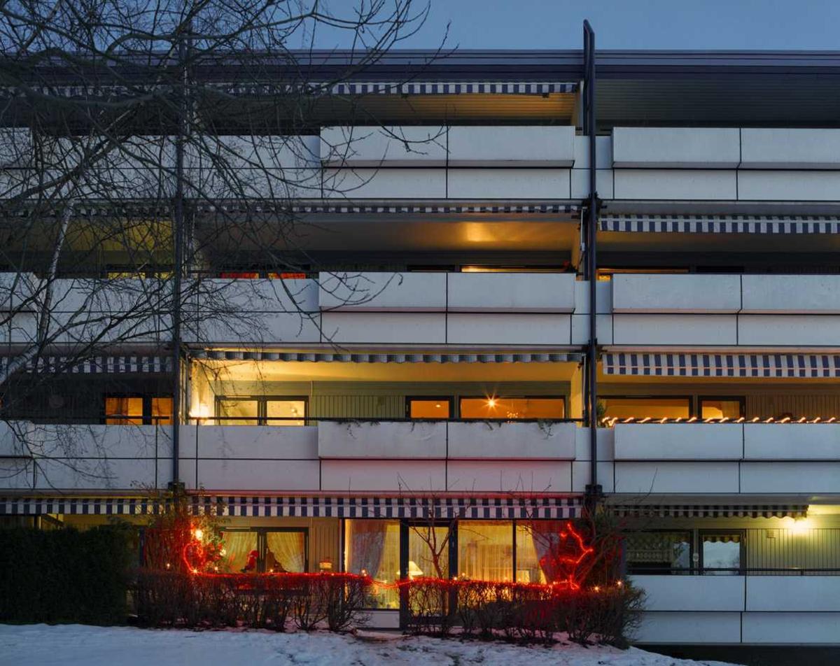 Julebelysning  Rød lysslange på veranda og hekk ved leilighet