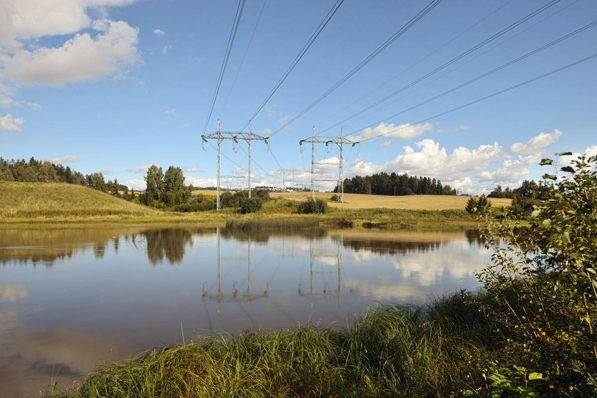 Høyspentmaster i Akershus. Høyspentmaster ved Sundtveita nord for Hellerudsletta ved Nitelvas nordlige red. Motivet er tatt retning nord.