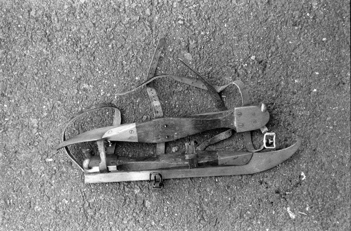 Svartdahl Bruk Snabelskøyter. Skøytejern montert på treblokk. Lærreimer for å feste skøyten til foten.