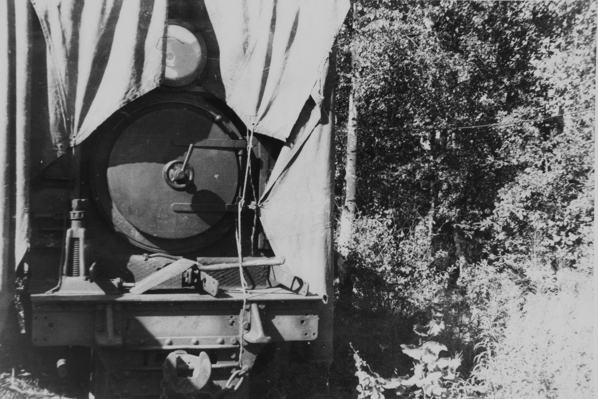 Lok 5 Bjørkelangen hensatt under pressenning. Verkstedet Bjørkelangen