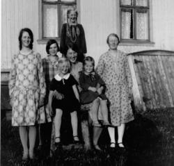 Gruppebilde,kjole, sko. Frå v.Ingrid Sørsdal,Ukjent,Eva Sør
