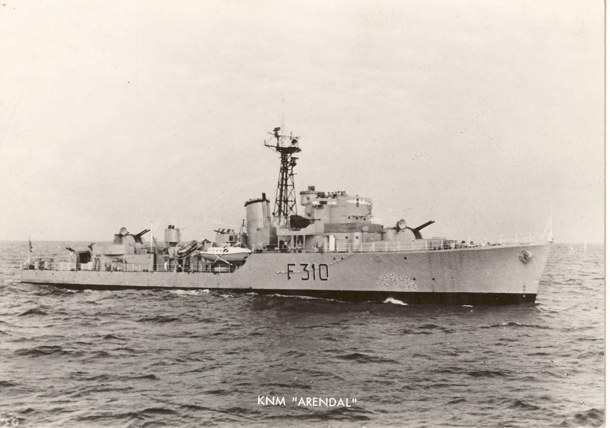 """Motiv: Eskortejageren KNM  """"Arendal"""" (F310) Styrbord bredside"""