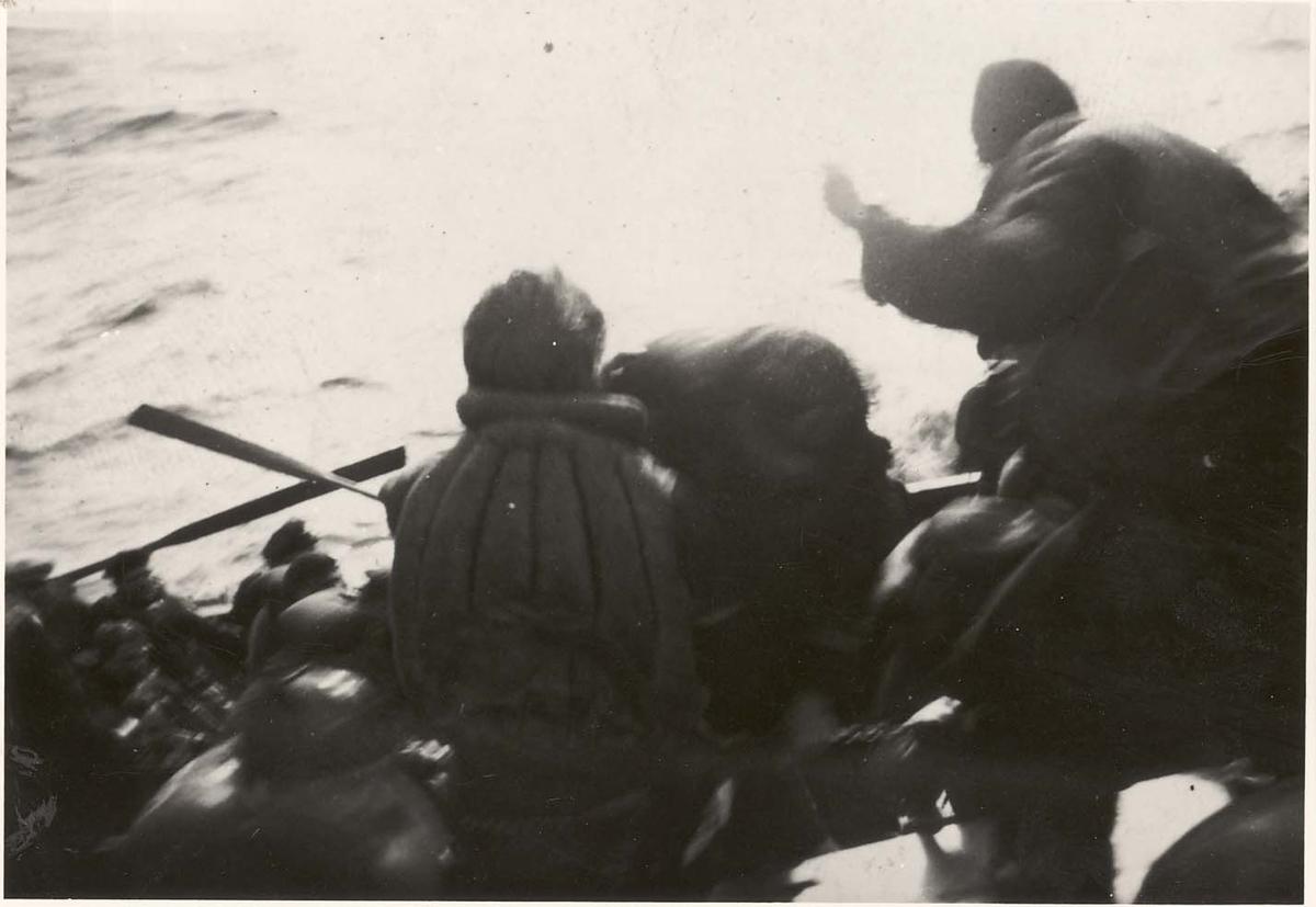 Motiv: Det tyske mannskapet blr tatt ombord i jageren DRAUG