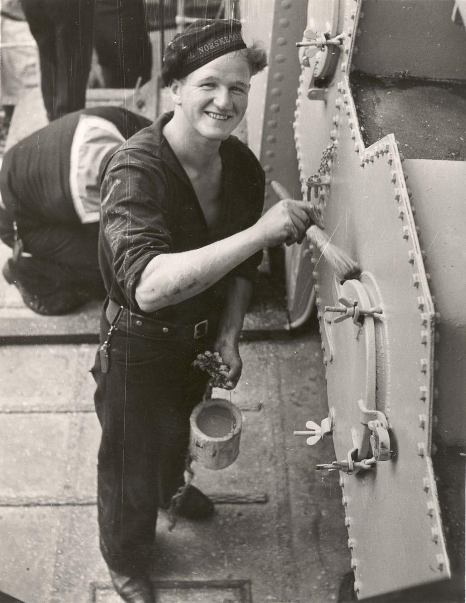 """Jageren  """"Glaisdale"""" , livet om bord under 2. VK. Maling pågår"""