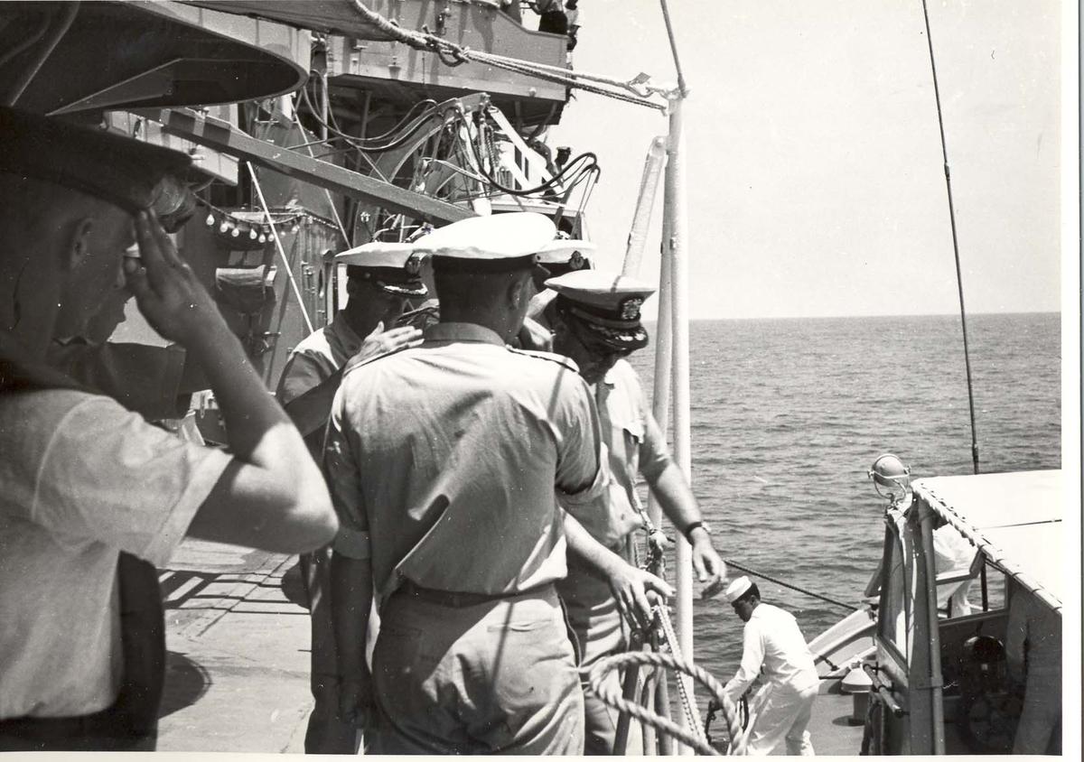 Enkeltbilde. C-kl jager, KNM Bergens tokt til Key West i 1962. Skipssjefen (?) fra borde.