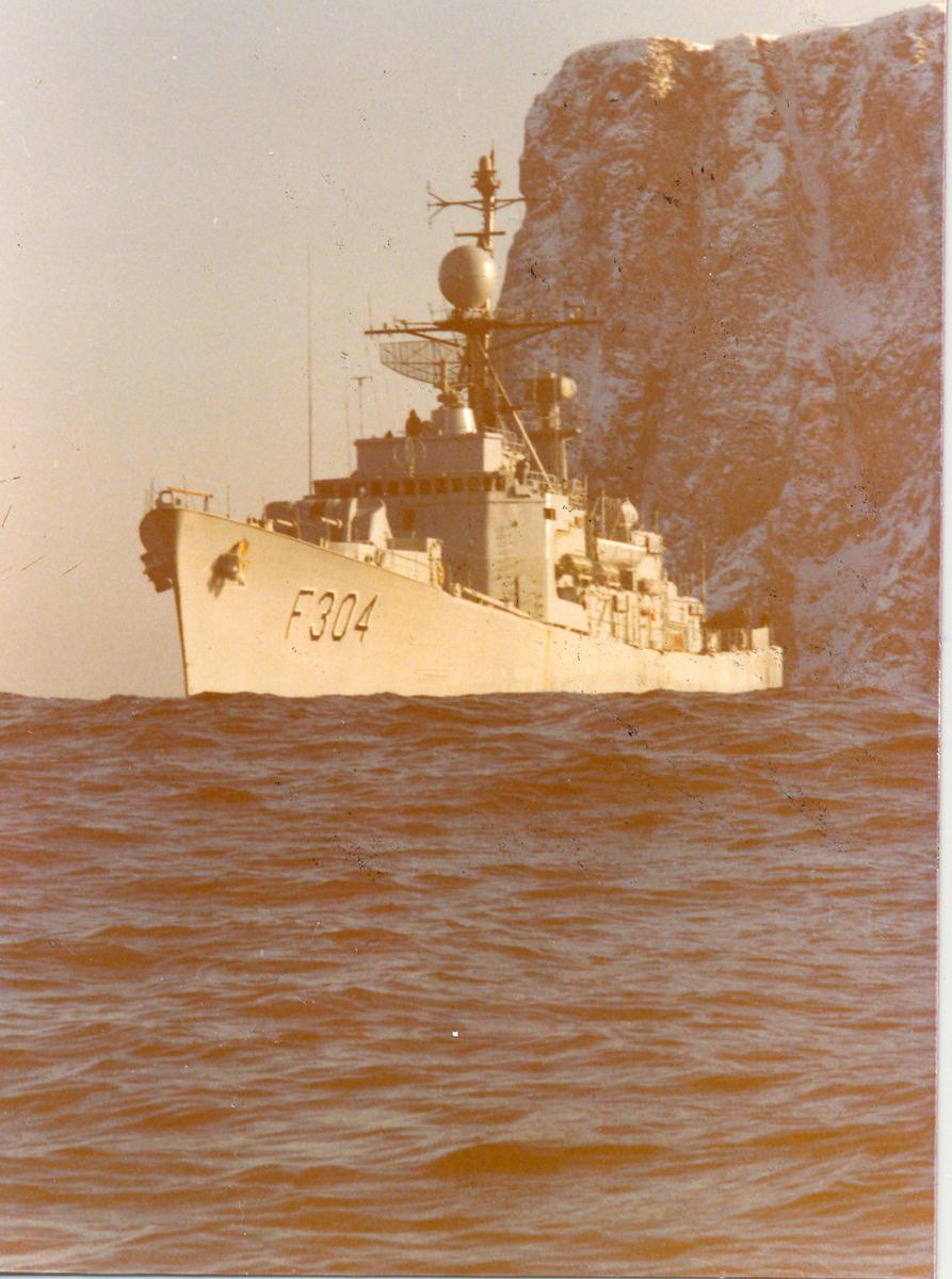 "Oslo-kl.fregatt KNM ""Narvik"" ved Nordkapp."