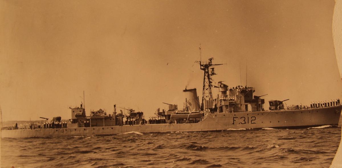 """K.N.M. """"Arendal"""" ved flåteparaden under byjubileet 1958."""