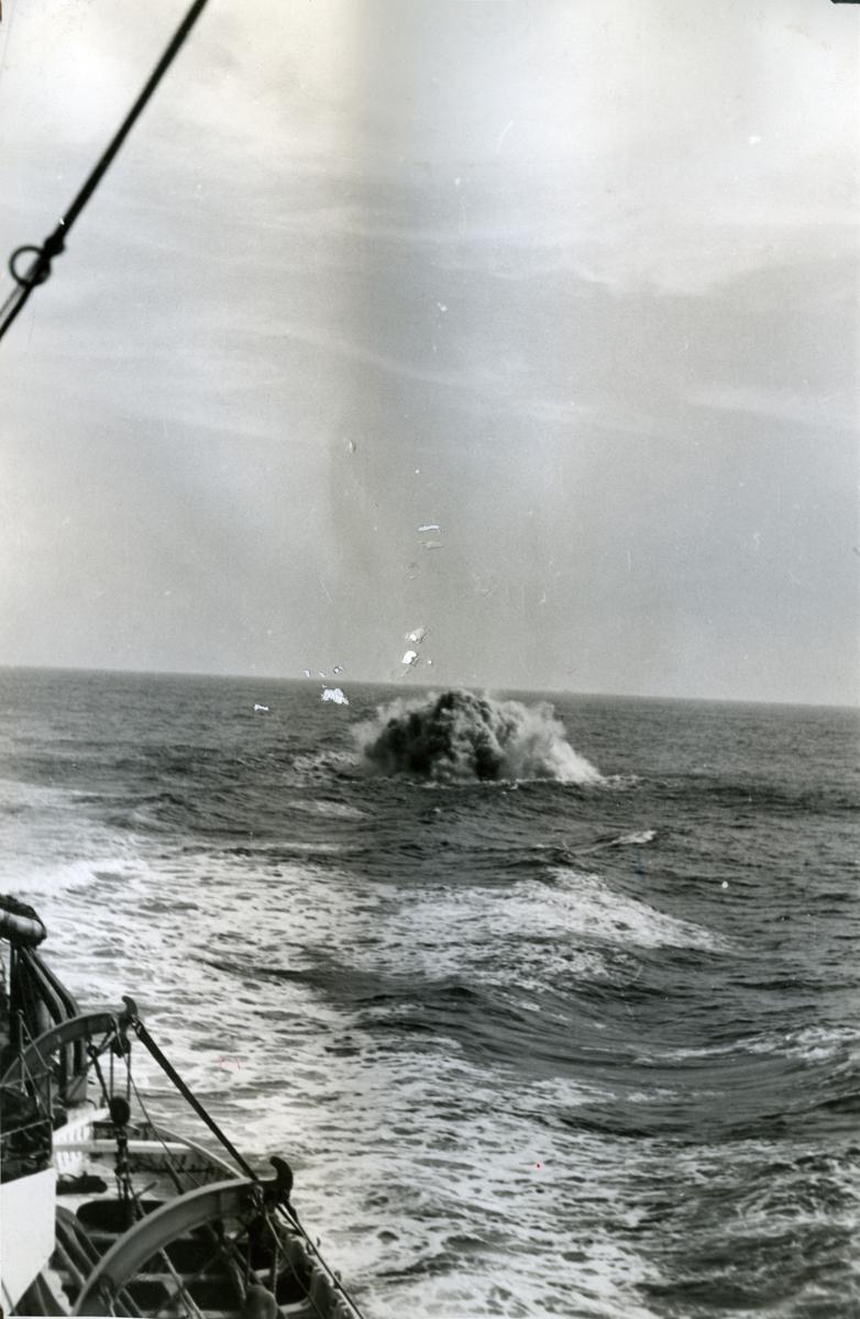 """Album Glaisdale H.Nor.M.S. """"Glaisdale"""". Fotograf: Ltn. Holter. Destroyeren """"Glaisdale"""" under angrep av ubåt i Atlanterhavet. Bildet viser en dypvannssprengning."""