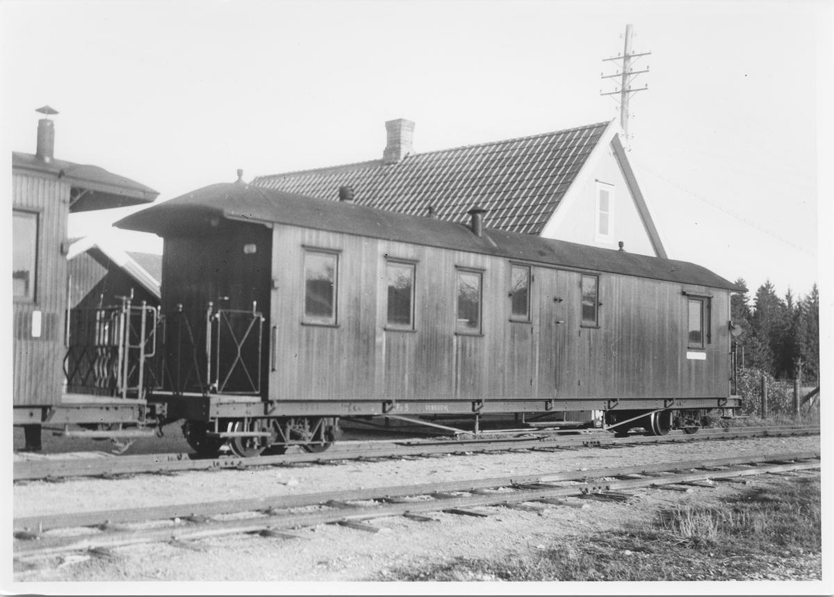 Vogn CFo5 bakerst i tog retning Sørumsand mens toget har opphold  på Mork stasjon. Stasjonsmesterboligen i bakgrunnen.