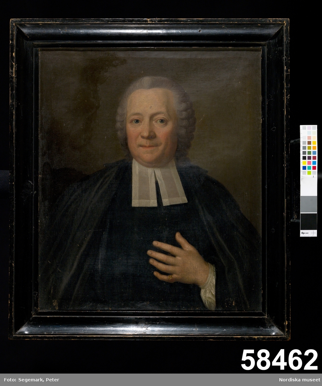 Mansporträtt: prästporträtt, midjebild, en face.