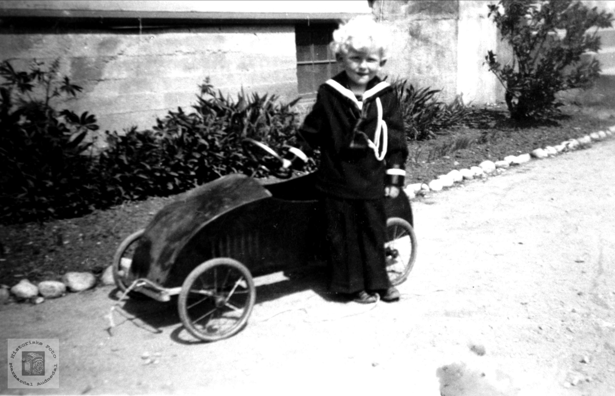 Portrett av Kjell Tore Skeibrok med sin første bil.