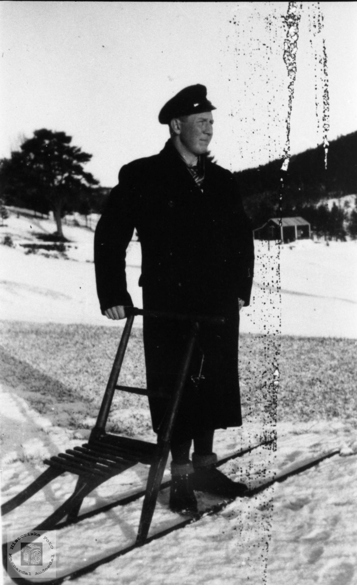 Portrett av Odin Tønnesland med spark, Bjelland.