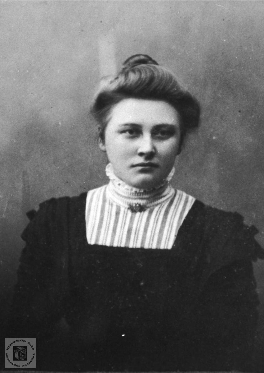Portrett av Marta Sveinall, Laudal.