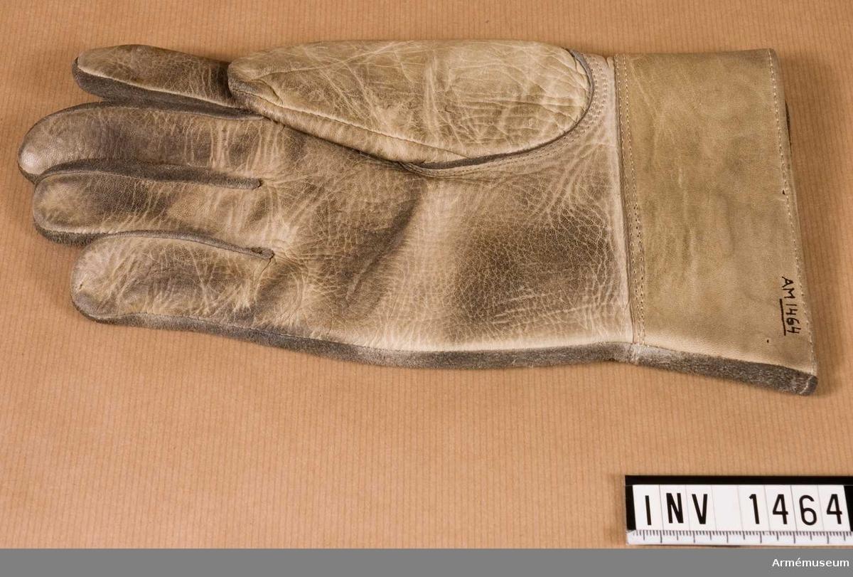 Handske m/1938, ytter-, Höger. Av vitt skinn, blankt på handens innersida. Vid handleden en 55 m hög krage.
