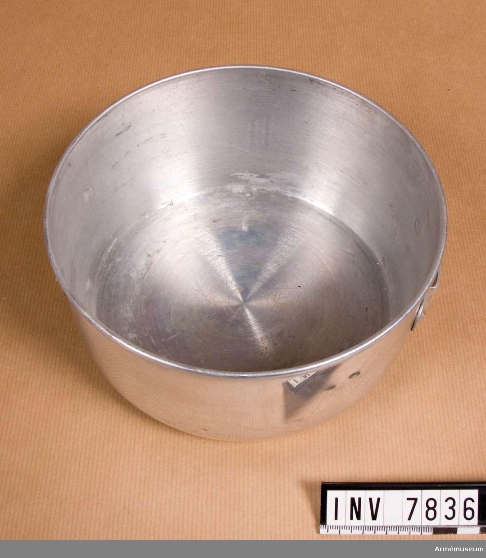 Höjd 800 mm. Diameter 165 mm. Vikt 100 g. Ett kokkärl som i båda sidor har fästen för handtag. Stekpanna AM 7837 utgör lock.