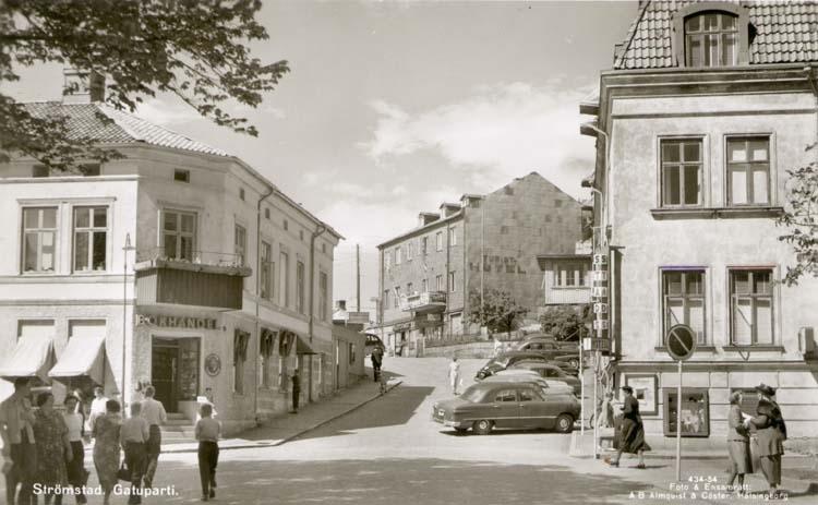 Människor på Västra Klevgatan en solig dag i Strömstad 1955.