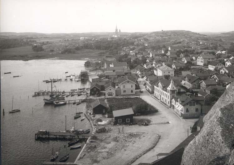 """Noterat på kortet: """"Grebbestad."""" """"Foto (C63) Dan Samuelson 1924. Köpt av dens. dec. 1958."""""""
