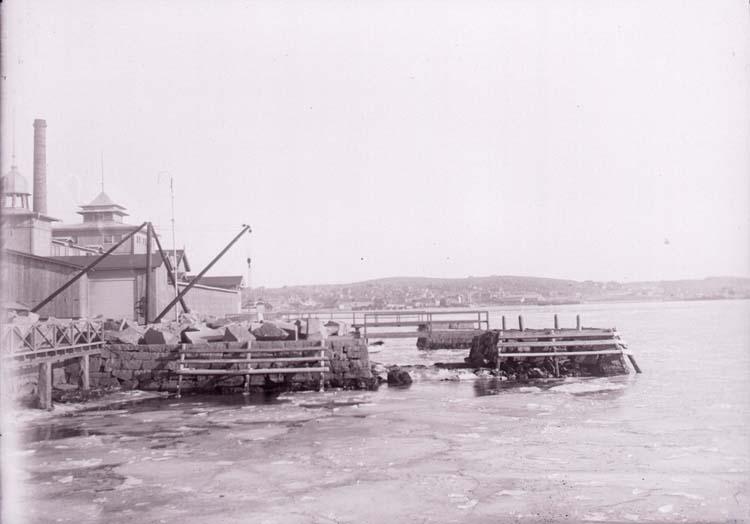"""Enligt text som medföljde bilden: """"Badhuset s.k. Lysekilsbryggan 1917/1918""""."""