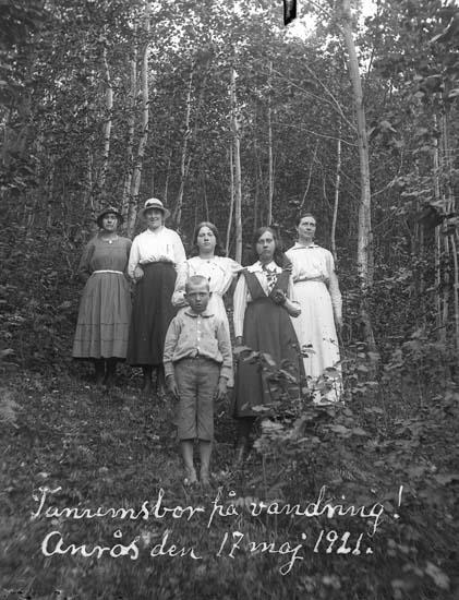"""Skrivet på bilden: """"Tanumsbor på vandring! Anrås 17 maj 1921."""""""