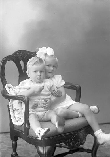 Syskonen Deshayes sommaren 1945.