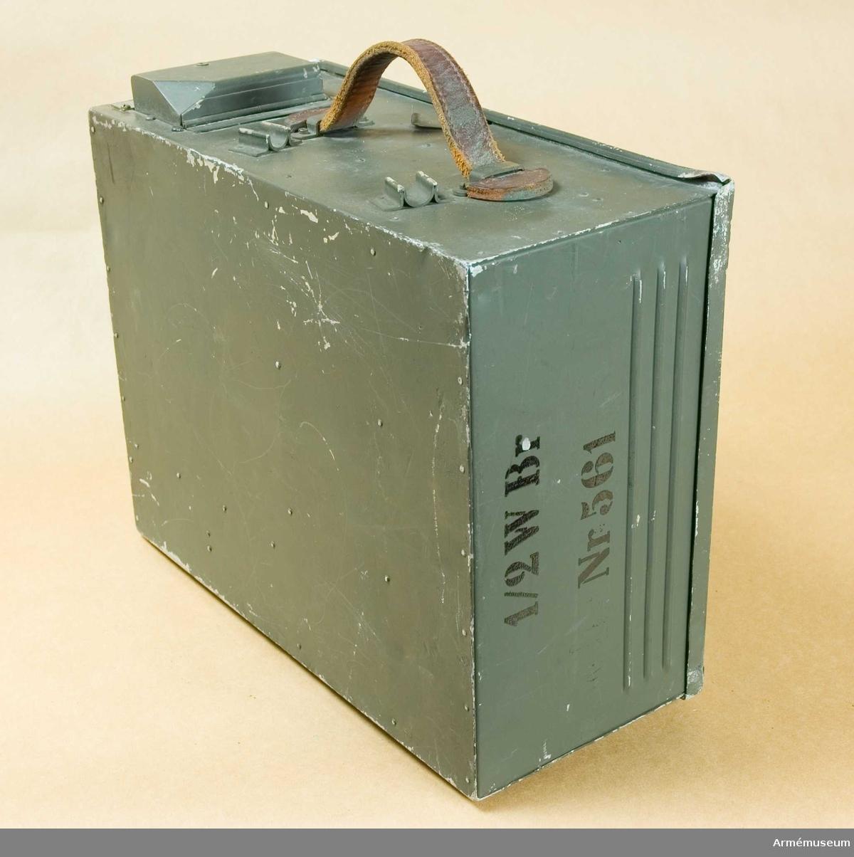 """Radiostation m/1940. ½ Watts. (Typ H-9-B). Bärbar.  Tillverkningsnummer: 007412. Märkt: ½ W Br Nr. 561.  Består av 13 delar. Apparatlåda med lock och bärrem, märkt: ½ W Br Nr: 561. 6 st antennstavar av aluminium. 2 st antennstavar med fäste av gummi. 1 st hörtelefon, enkel. 1 st strupmikrotelefon. 1 st hörtelefon med sele och mikrofon med en """"tratt"""". 1 st elektronrör, märkt: H 4 A. 1 st radiostationen."""