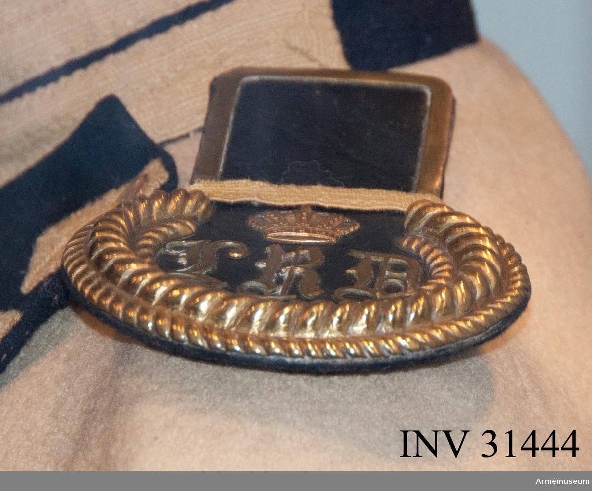 Grupp C I. Ur uniform för manskap vid Livreg:s dragonkår 1823-46. Består av jacka, epåletter, kask, skärp, byxor, mössa, halsduk, handskar, stövlar, sporrar, kartusch, kartuschrem, koppel, sabelhandrem. Modellapp 24/11 1823.