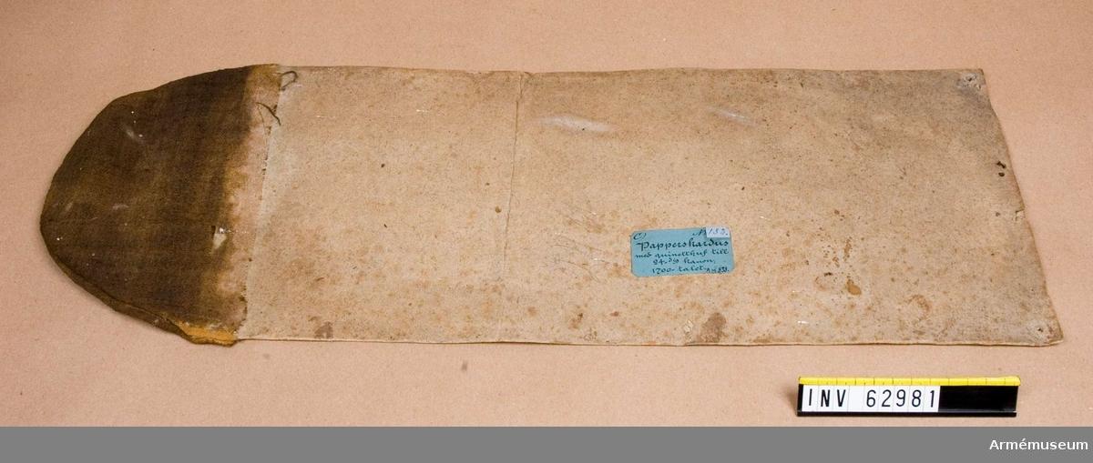 Grupp F II.  Med quinetthuv av tyg, 1700-tal. Kapten F A Spaks katalog år 1888. 24-pundig papperskardus till 24-pundig kanon.