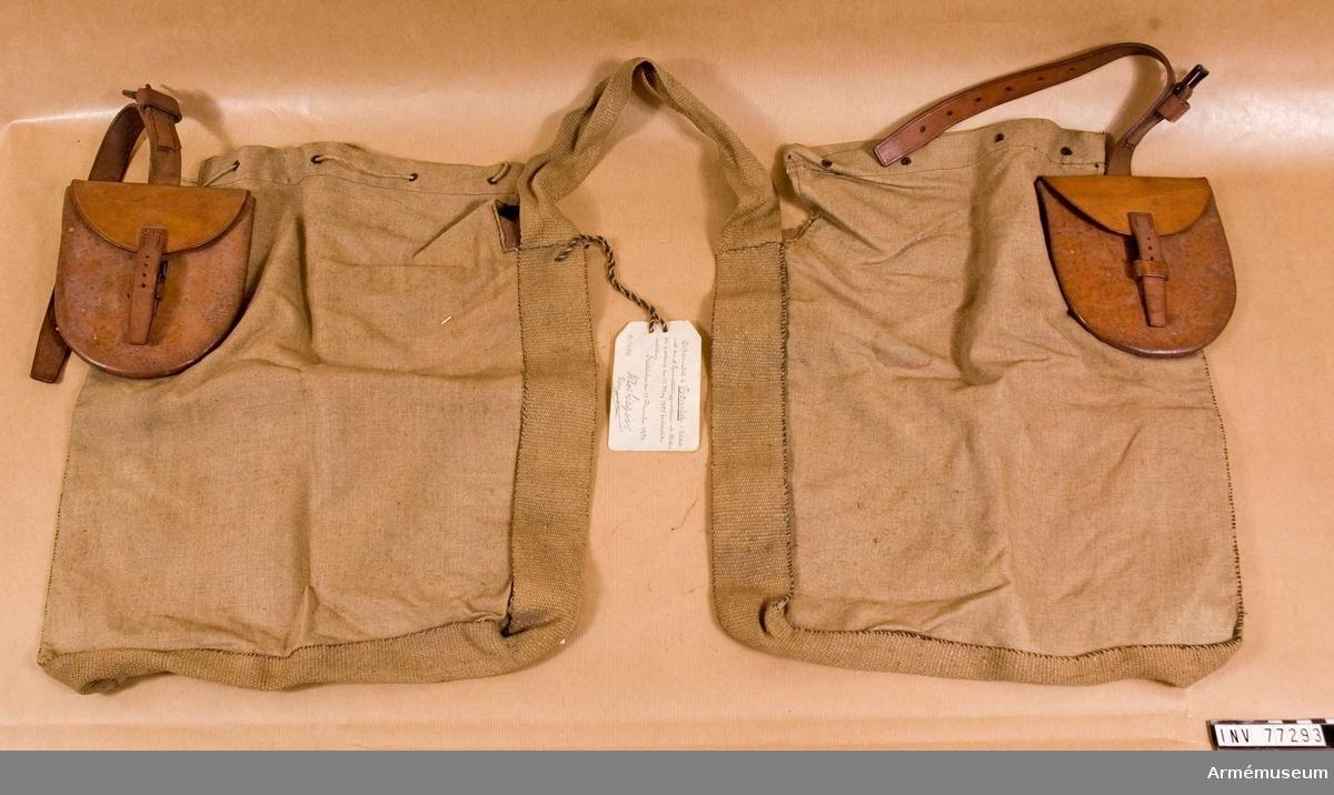 Grupp K III.  Arbetsmodell/1895 fastställd 13 maj 1895. bestående av två säckar av linne förenade genom ett utmed 3 av sidorna löpande band. På var säck en väska av läder.