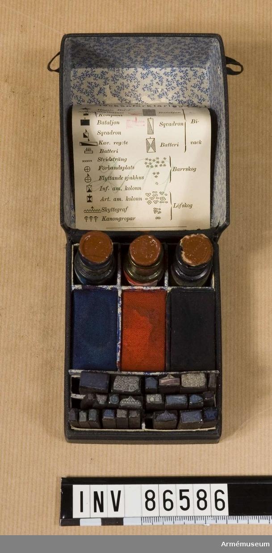 Grupp M V. ,Stämplar med taktiska symboler,karttecken mm.il, t krigsspel? Handritad bild föregår benämningen på varje stämpel: Sqvadronbivack,  Bataljonbivack, Batteribivack,   Löfskog,  Barrskog, Högste Bef:e, Skyttelinie,  Kompani,  Bataljon, Sqvadron, Kav. reg:te, Batteri,  Stridsträng,  Förbandsplats,  Flyttande sjukhus,  Inf. am, kolonn, Art. am. kolonn, Skyttegraf, Kanongropar.