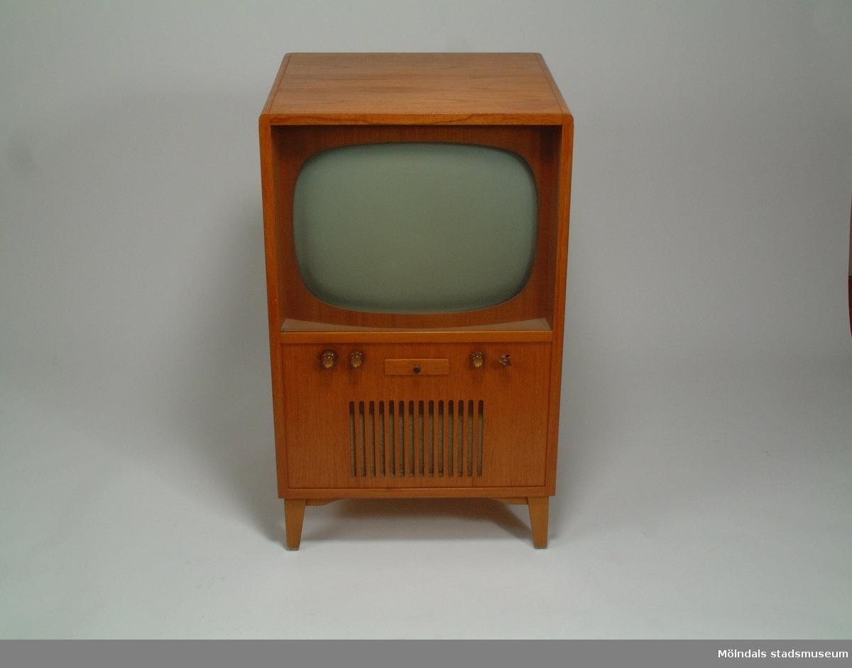 TV byggd av givarens far 1954-55.Samhör med Kompendium i televisionsteknik, MM03862, utarbetat inom Svenska Aktiebolaget Philips.