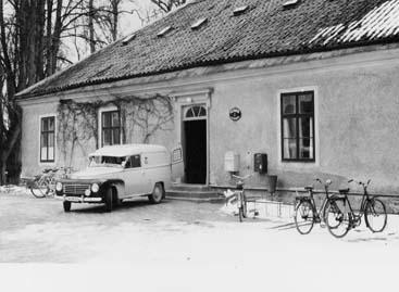 Postkontoret Djursholm 1, Östra slottsflygeln. Bilden tagen sista dagen postkontoret var inrymt i denna byggnad. Bilen är en Volvo Duett, årsmodell 1953.