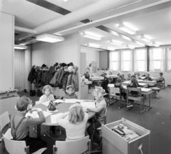 Klassrum i Nacksta skola med skolbarn i mellanstadieåldern.