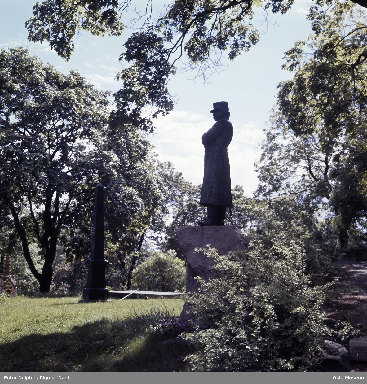 Vår Frelsers gravlund, gravmonument, portrettstatue