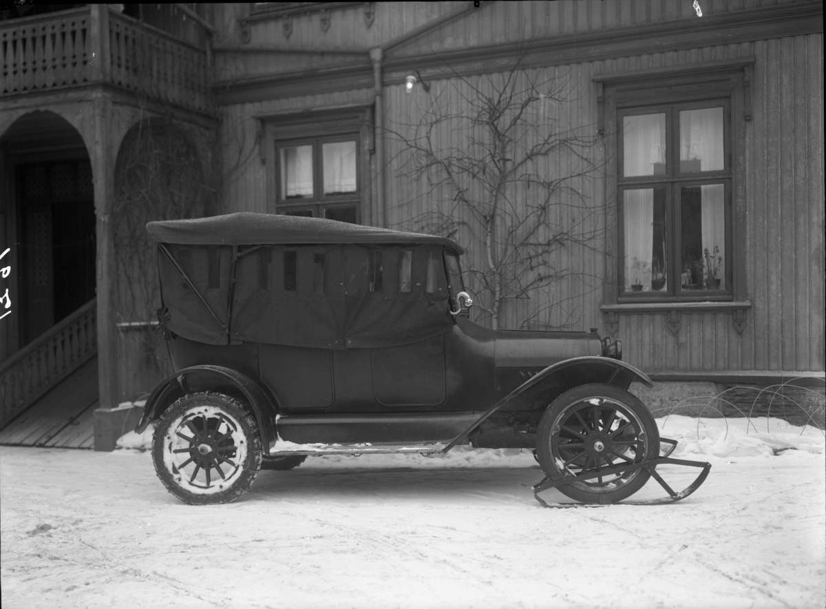 En bil av merket Chevrolet med ski på forhjulene fotografert