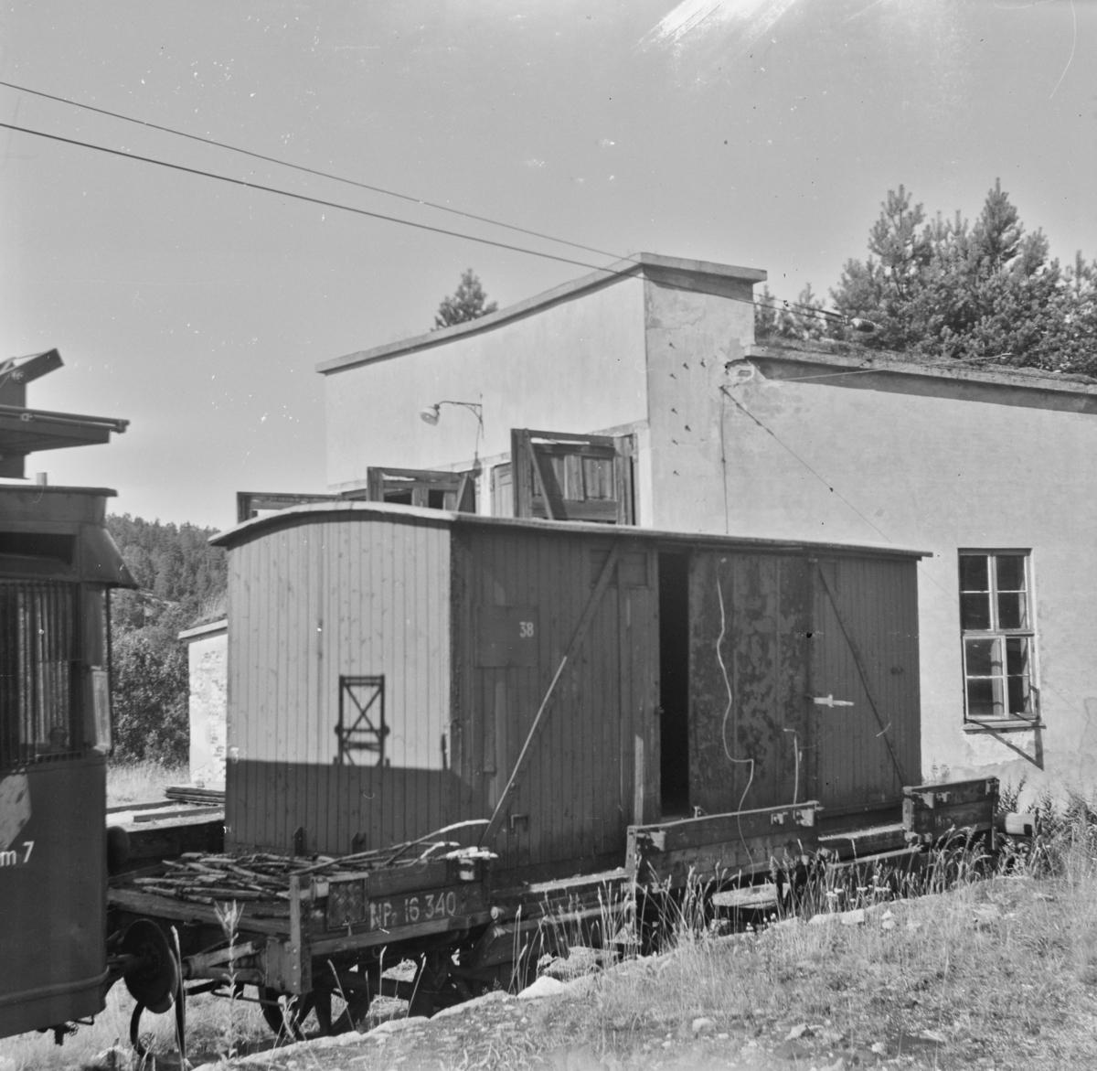 Lukket løftekasse G 38, bygget for 1067 mm sporvidde. Her står den på normalsporet godsvogn NP 16340 ved lokomotivstallen på Nelaug.