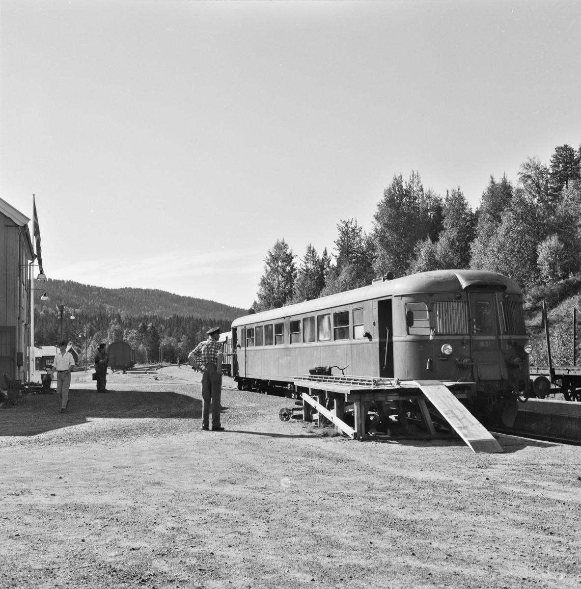 Persontog 2196 med motorvogn Bmdo 86 51 på Lampeland stasjon.