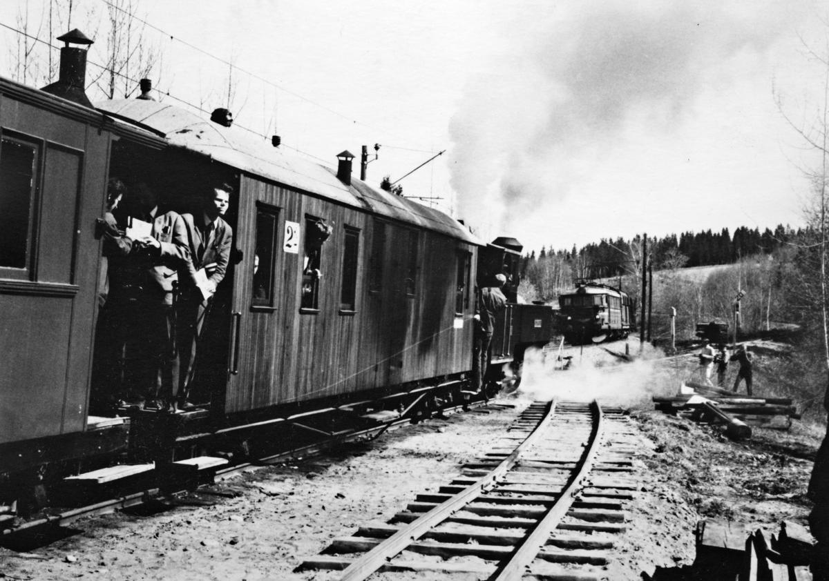 Tertitten og godstog på Kongsvingerbanen møtes på Bingsfoss stasjon.