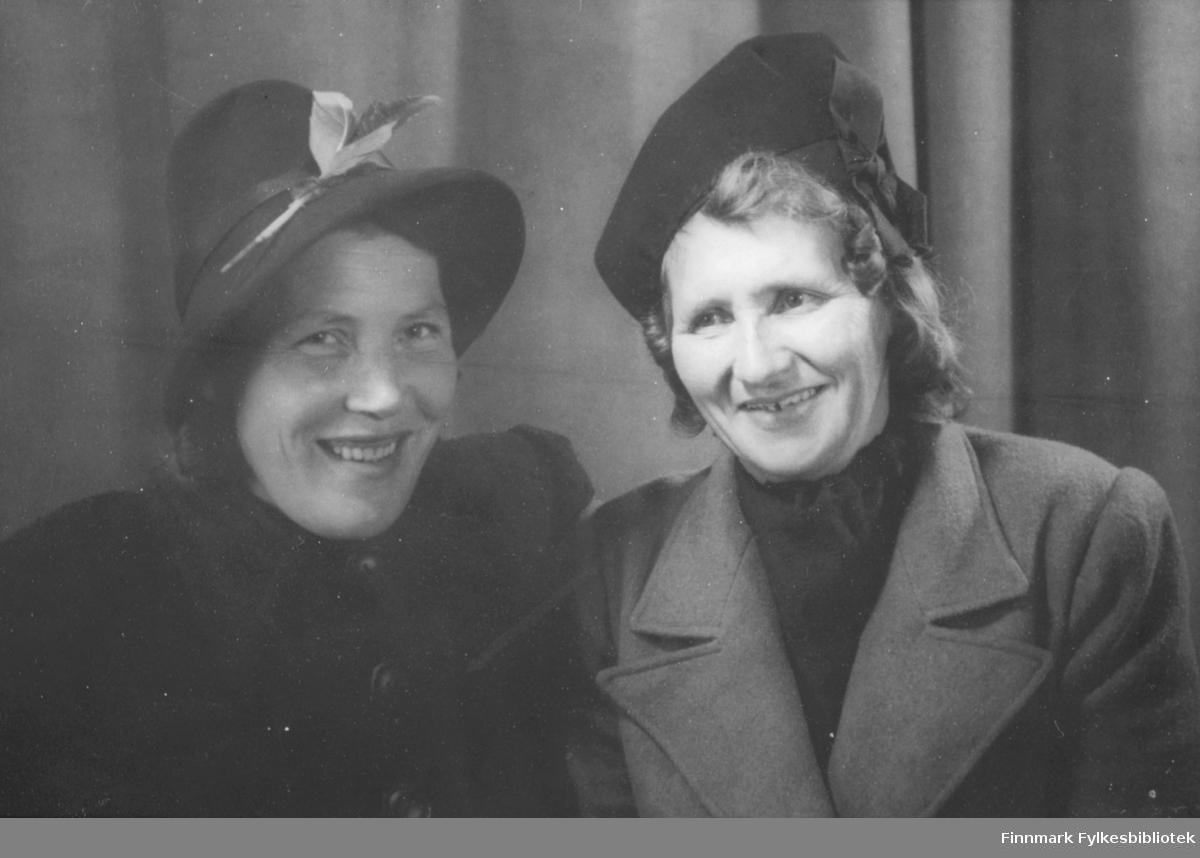 Bilde av to damer. De er Klara Zahl og Laura Larsen(til høyre).