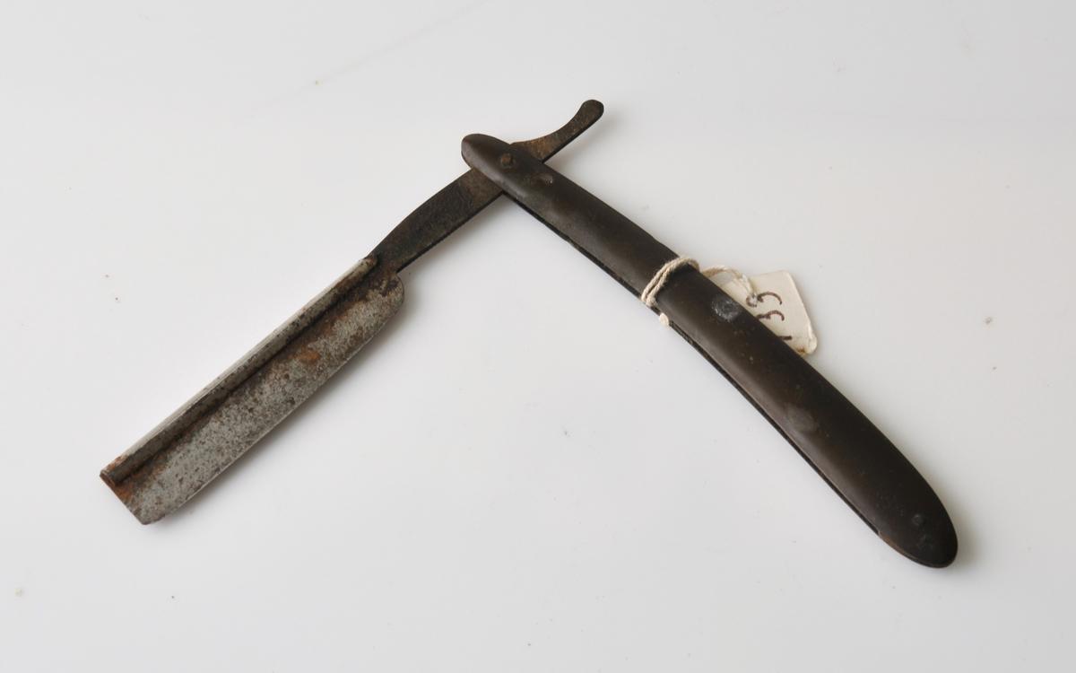 Form: Stål barberkniv med skaft av horn.