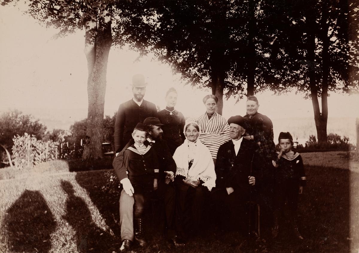 Gruppebilde fra Thorsø med fire kvinner, tre menn og to barn. Øverst til venstre Kai Möller, tredje fra venstre øverst Dikka Möller.