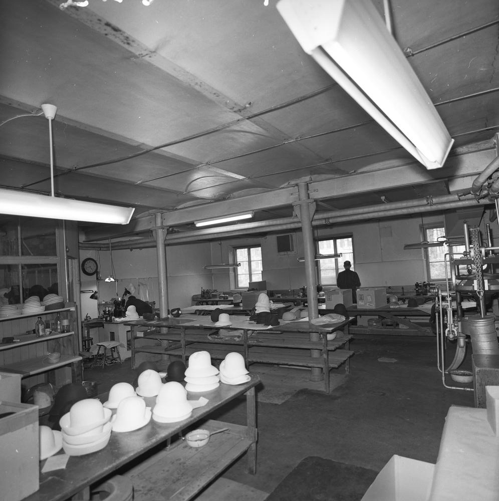Lindbergs Strå- och Filth. Hattillverkning. 223/67 Rum för putsning och bridering. Interiör av rummet i sin helhet.