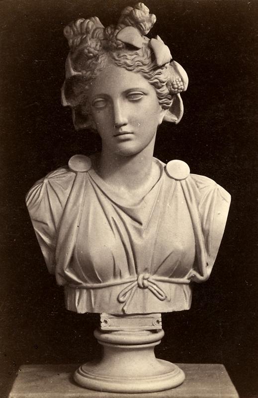Staty (byst).Thalia. Originalet finns i Vatican i Rom.Nr.1871.Fotografiet rör Wilhelmina Lagerholms konstnärliga verksamhet.