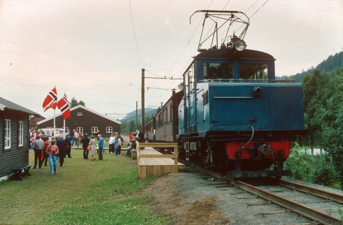 Museumstog fra Svorkmo har ankommet Løkken, første driftsdag på ny museumsjernbane.
