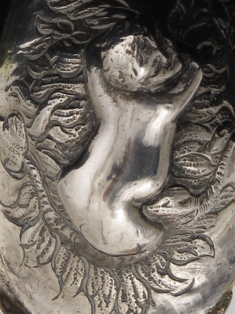Havmann og rokokkoornamenter.
