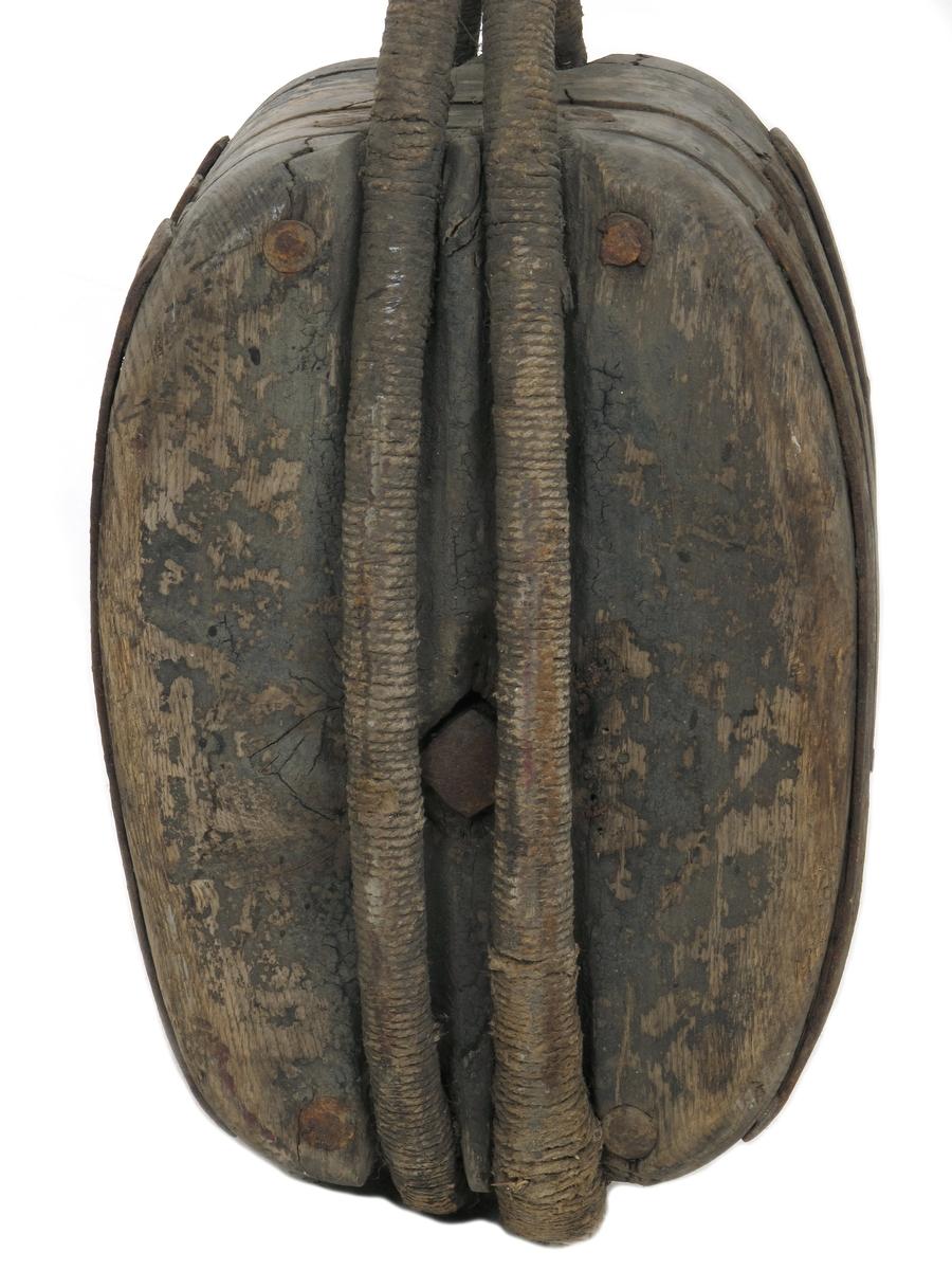 Kjølhalingsblokk, 2 skivet med jernskive, dobbel trosse omkring, med dobbel løkke. Jernbeslått langs åpningen til selve bokkhuset.